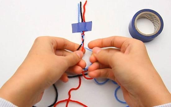 اخرج خيط الغزل الملفوف من اصبعيك واربطه بإحكام في عقدة