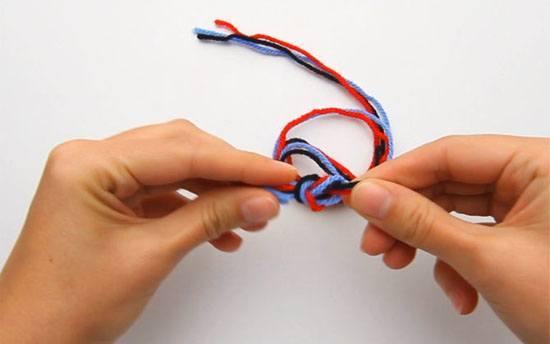 اصبعيك، اقطع 15 بوصة من خيط الغزل .. الخطوة الثالثة: